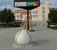 Palla di cemento davanti a Isotopes Park